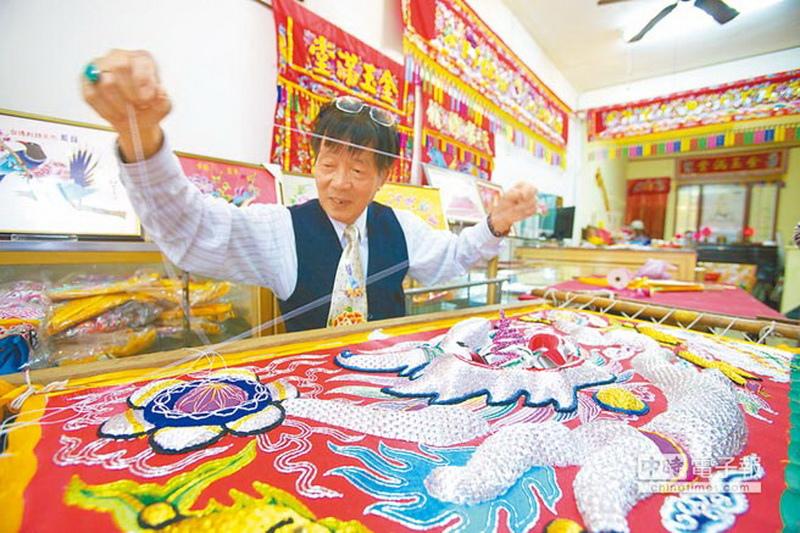 府城光彩「繡才」林玉泉與絲線共舞將近60年,許多寺廟都可見其作品。