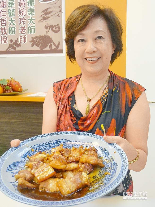 製作台菜厚工、繁瑣,但黃婉玲藉由每道菜的典故賦予人情味,傳授老台菜烹調,讓傳承變得簡單許多。