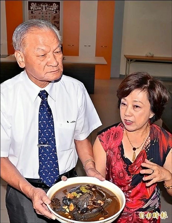 以鳳梨取代蒜頭滷的「南靖雞」料理,是在地食材的最佳運用。