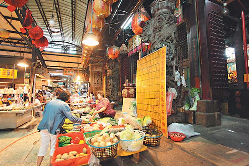 台南水仙宮市場廟前菜販。