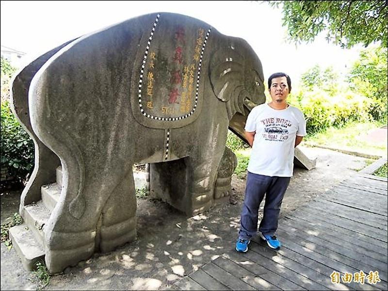 六十四年次的林建龍希望從台南出發,拍下國小仍存在於校園內的大象溜滑梯,找回兒時的回憶。