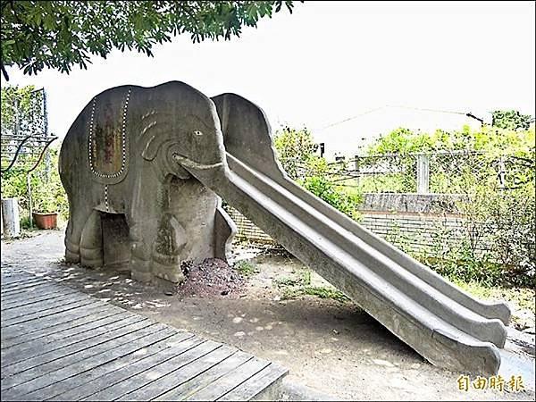 佳里子龍國小的大象溜滑梯,默默地留守在校園圍牆邊,也守住五、六年級生的童年記憶。