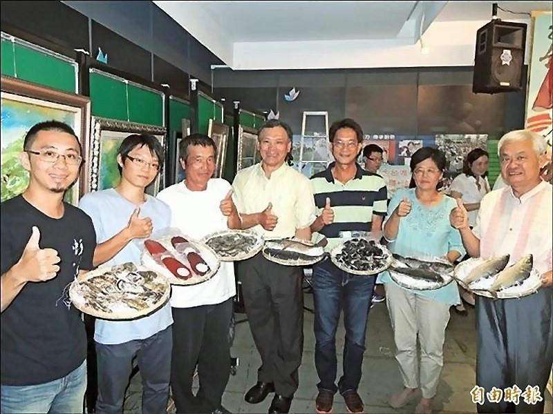 七股地區農漁民準備當地生產的農漁產,邀請民眾暑假到七股吃海鮮。
