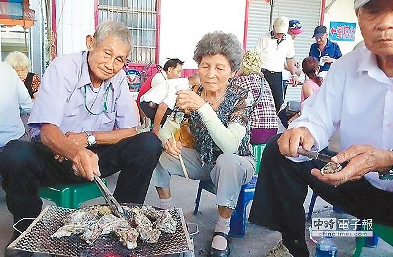 七股海鮮節龍山社區推出生蚵現烤音樂饗宴,讓遊客體驗社區文化風情。