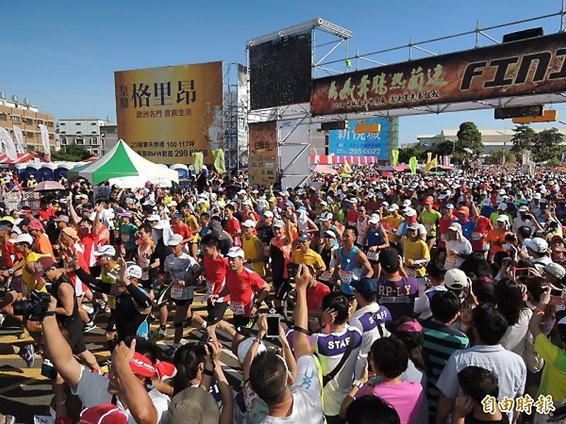 第4屆2014府城安平仲夏夜浪漫星光馬拉松賽,今天下午開跑,參賽人數逾1萬7千人,寫下歷史新高。