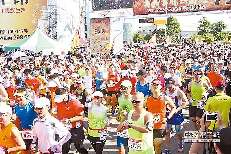 第4屆台南星光馬拉松吸引上萬名來自各地的馬拉松好手參與盛會。