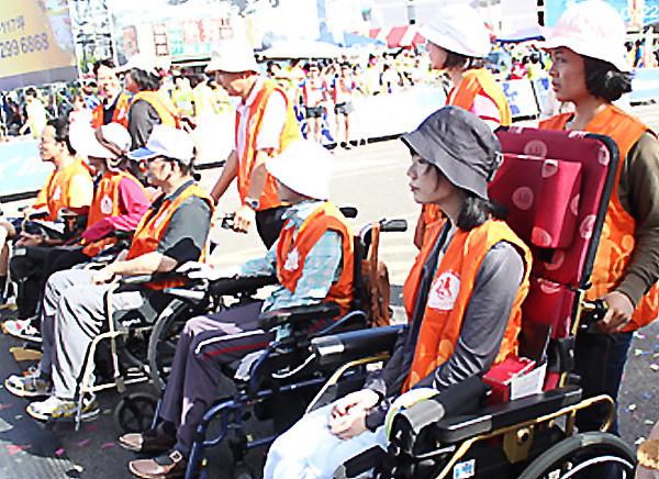 伊甸基金會協助6名行走不便的身障者一起參加,現場加油聲不斷。