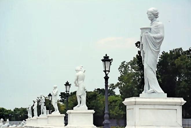 奇美博物館外觀已完成,充滿希臘神話故事,大門迎賓橋有奧林帕斯12名主神塑像。