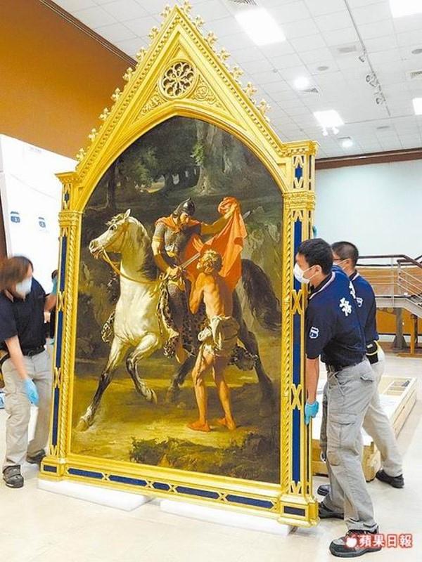 法國名畫《聖人馬丁的仁慈》在工人小心翼翼搬運下裝箱。