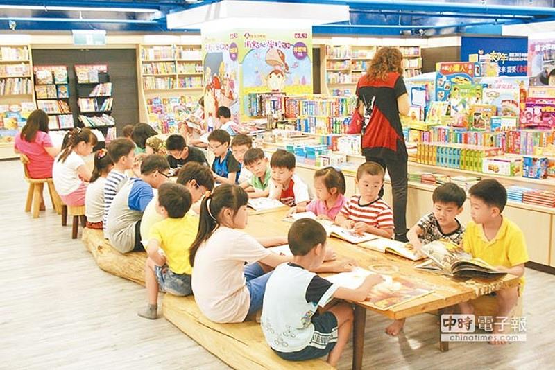 政大書城占地500坪,許多家長喜歡帶小孩前來閱讀。