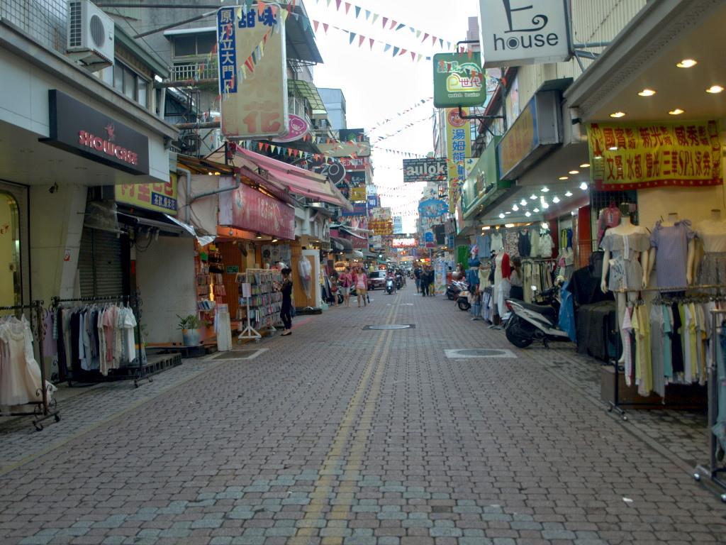 市府經發局試辦的國華街行人徒步區,從十六日起,由原本每週六、日,改為每週六,不過仍有店家建議,乾脆全部取消。
