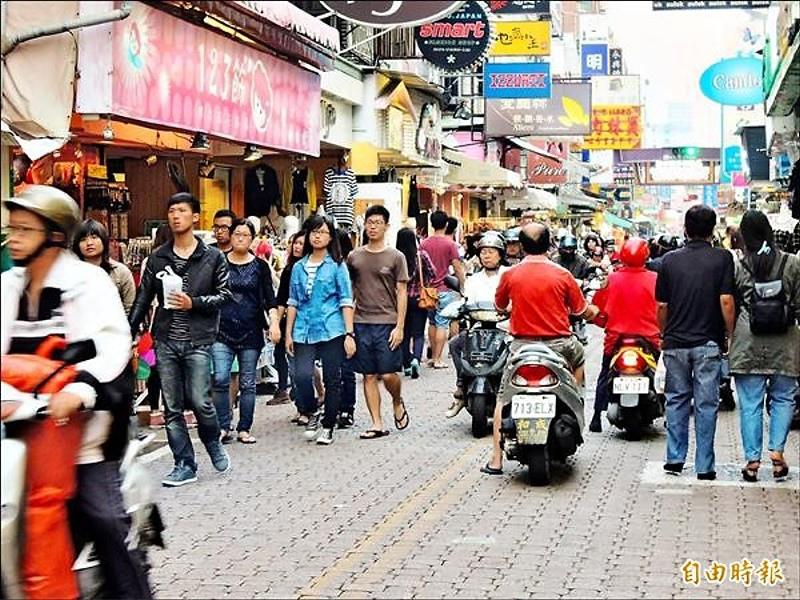 國華街平日人車同行。