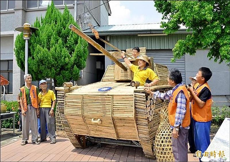 竹編戰車揭牌亮相,還點燃電火石,模擬砲彈發射。