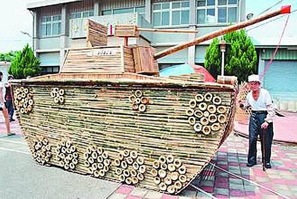 關廟區新光社區以在地歷史結合竹編技術,打造一部仿真的竹戰車,取名「嗊哩公民號」,將放在社區休閒公園。
