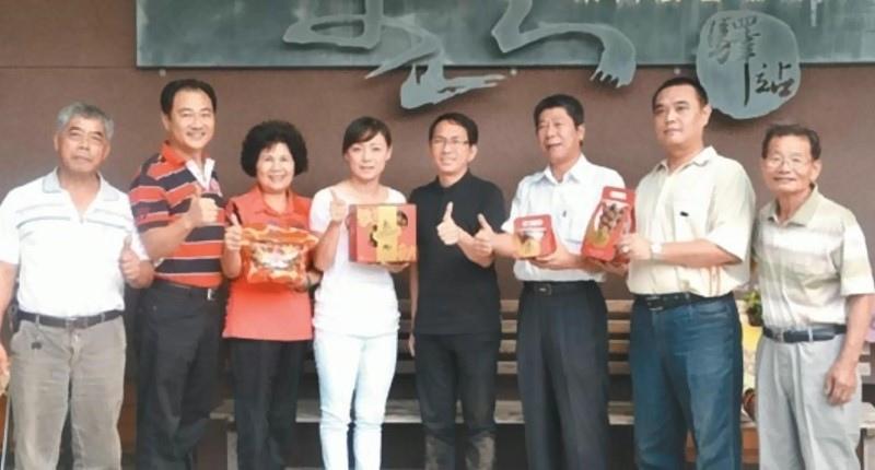 吳寶春師傅(右四)走訪東山農會。