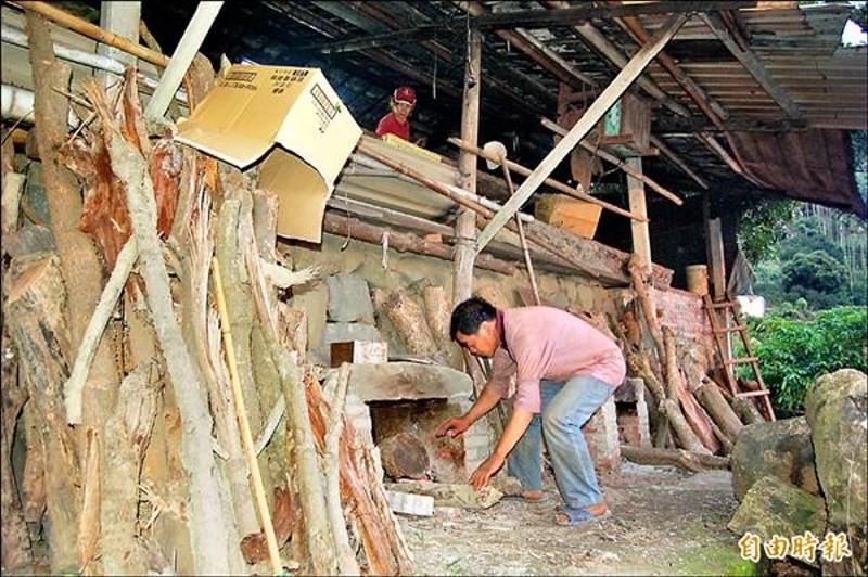 東山龍眼乾烘焙季開始,農民胡訓廿四小時看守焙灶火勢,為期約一個月。