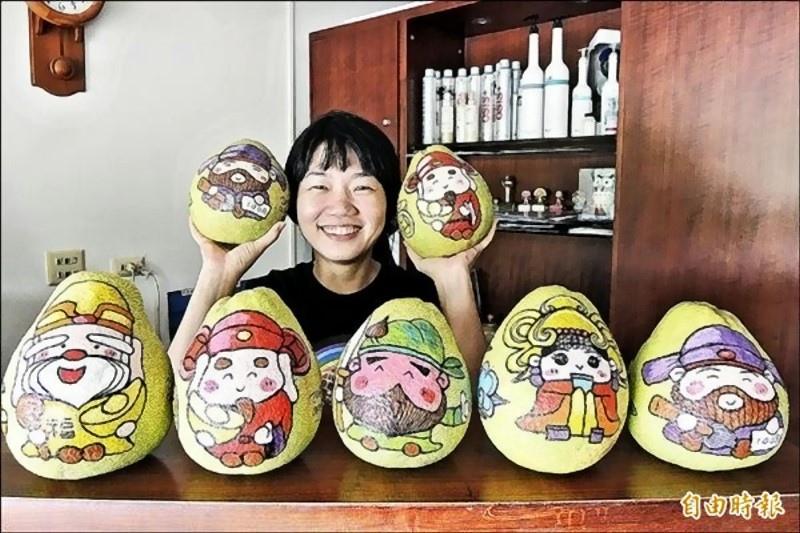 黃亭嘉彩繪五款神明紅柚,不僅成為自家麻豆紅柚的最佳廣告,也是超夯的人氣商品。