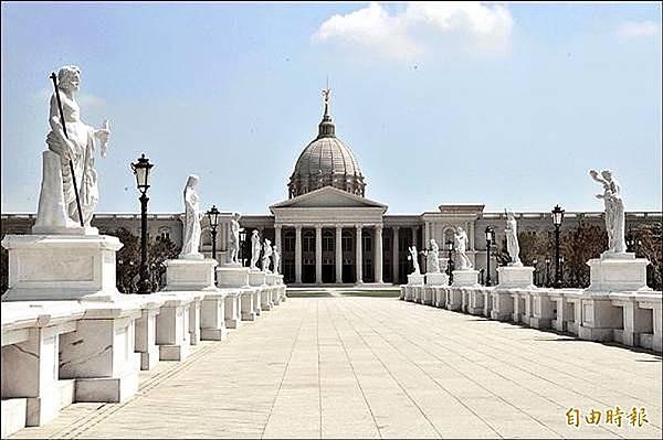 奧林帕斯橋上的十二尊希臘主神已完成安裝,如同博物館的迎賓雕像。