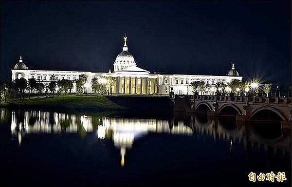 台南都會公園內的奇美博物館新館,已成為攝影玩家夜拍的熱門景點。