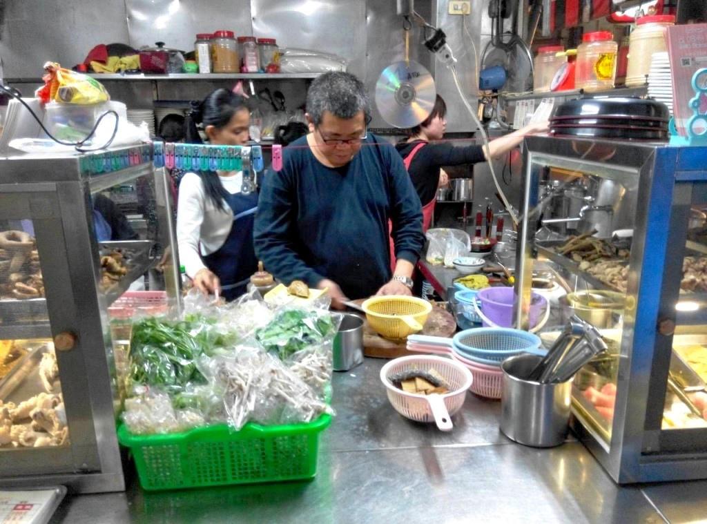 新市區深夜食堂姑婆麵,為夜歸人點一盞溫暖胃的燈。