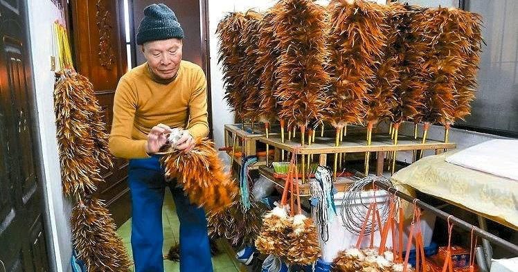 徒步叫賣雞毛撢69年 76歲阿詳伯日行20公里