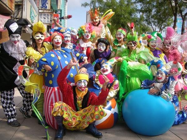 小丑默劇團將在歌舞劇演出中,結合熱鬧有趣的雜耍、魔術等表演