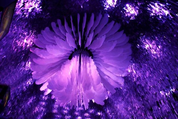 走進夢想館內大廳,展現寬達六米的巨型動力機械花朵與緊緊包裹著的重重葉片,讓人驚艷