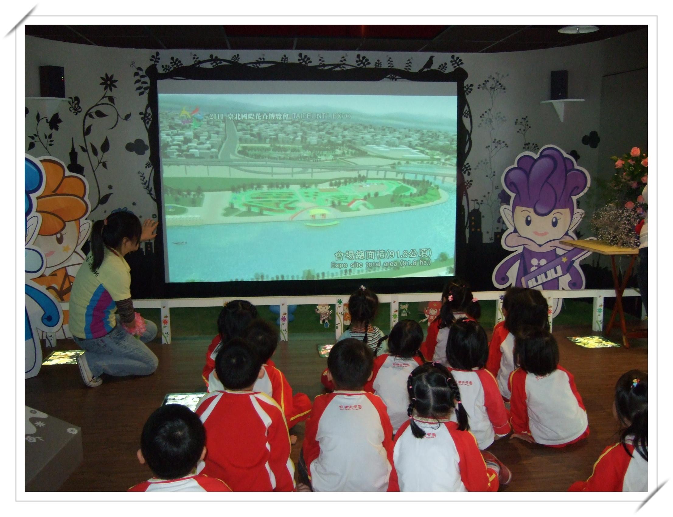 圖3小朋友觀看花博展場影片.jpg