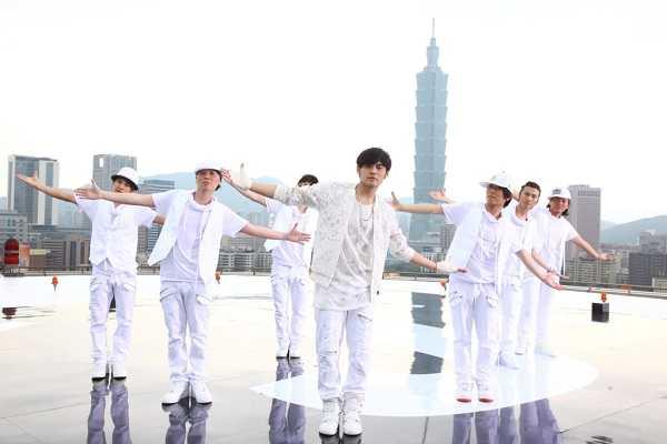 周杰倫站上華視停機坪拍MV宣傳城市之美 臺北地標101映入眼簾