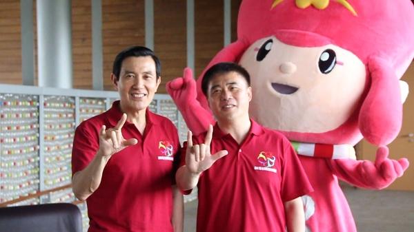 馬英九總統與臺北市長郝龍斌同比手勢挺花博