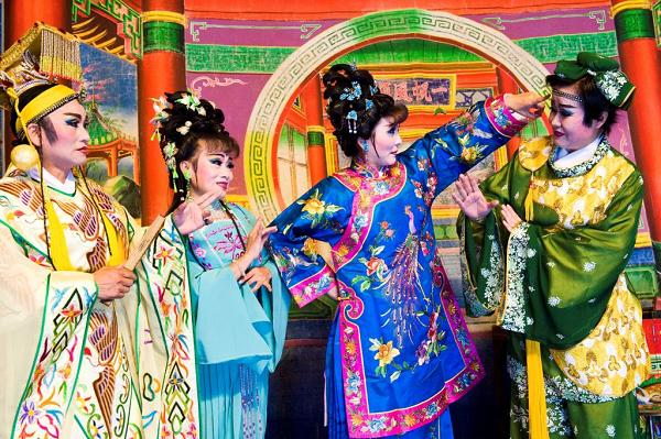 明珠女子歌劇團將演出「捻花惹草張果老」。
