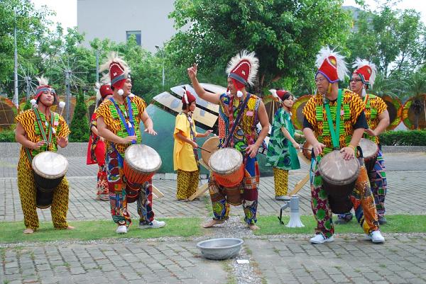 西非曼丁鼓舞秀展現異國鼓舞文化。