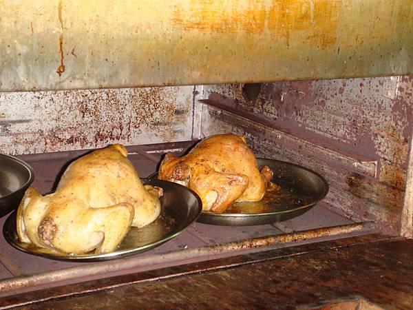 香噴噴烤雞~老師的已經烤熟了(我們這兩組的才剛放進去)