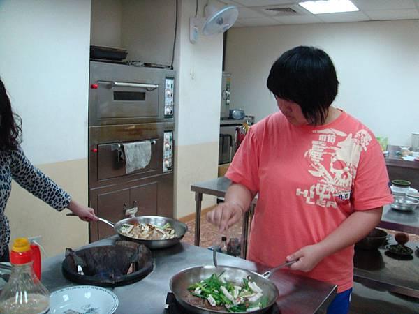 韭菜炒花枝可是我們這組的妹妹煮的喔!她才國中生而已,真可愛!