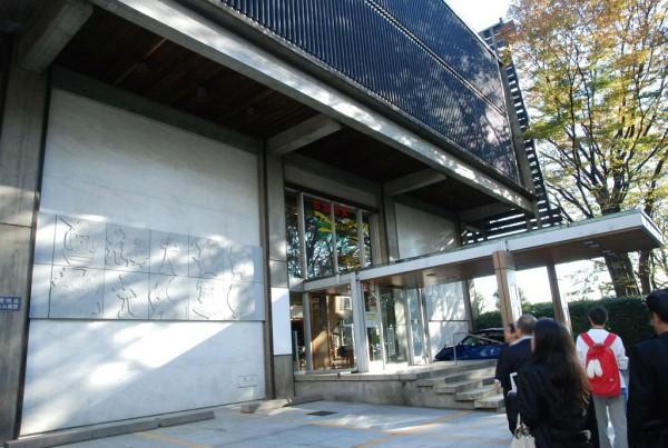 位於郊區的杉並動畫博物館,對面是一座神社.jpg