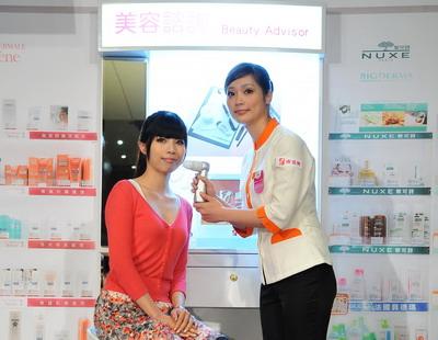 康是美設置美容諮詢櫃與高階膚質檢測儀.jpg