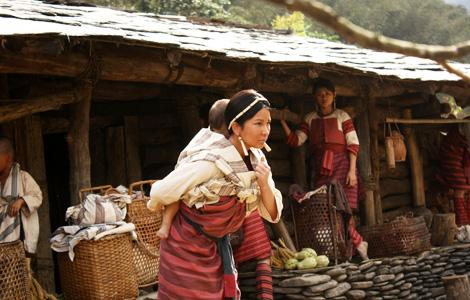 溫嵐在片中算是最辛苦的女性角色,常常要抱著兩個小孩、背著重物