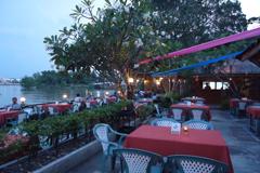 河岸邊的特色餐廳,邊享受經典泰式料理邊觀賞河岸美景。