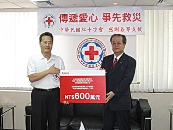 圖一_(右)台灣佳能資訊董事長八幡聰代表捐贈(左)中華民國紅十字會副秘書長謝昭隆代表受贈.jpg