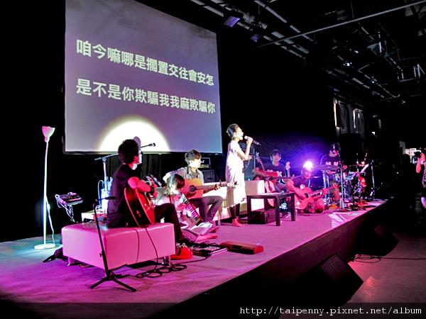 """彩排記者會~爆笑的台語版""""安怎""""(怎樣) 大家可以照著銀幕上的歌詞唱上兩句嗎?"""