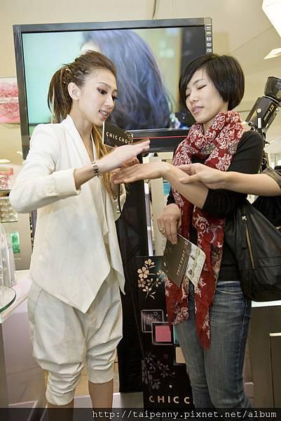CHIC CHOC戴店長親自幫粉絲試用化妝水