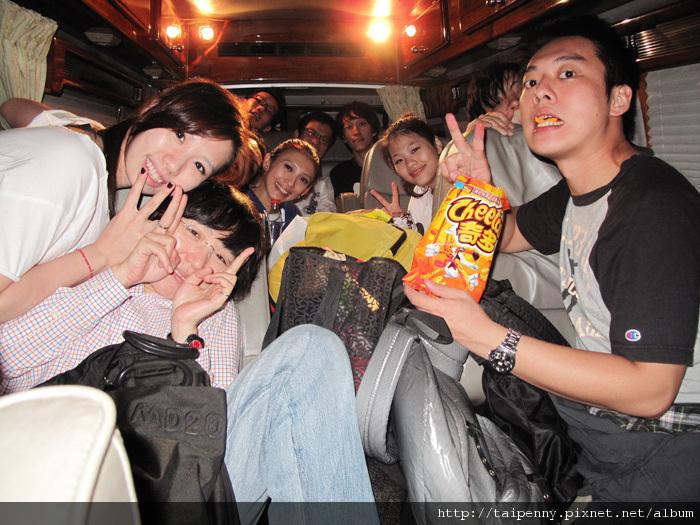 【在家裡唱歌】大成功!!與辛苦的D-Power們一起窩在車裡拍張大合照!