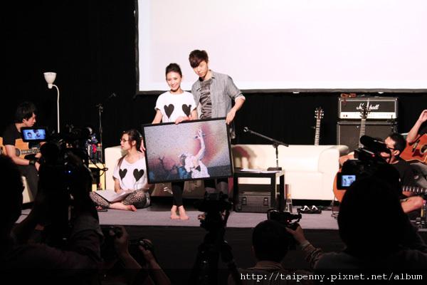 """彩排記者會~方炯鑌這位頭號歌迷,代表獻上集所有歌迷之力所完成的""""蒙太奇拼畫"""""""