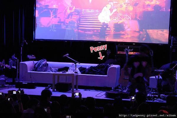 咦?Penny和D-Power們怎麼就在台上直接睡了呀? 讓大家瞬間變成鬧鐘直喊:起床!起床!!