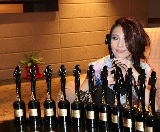 戴佩妮奪得2010娛協獎8項大獎成為最大贏家_2