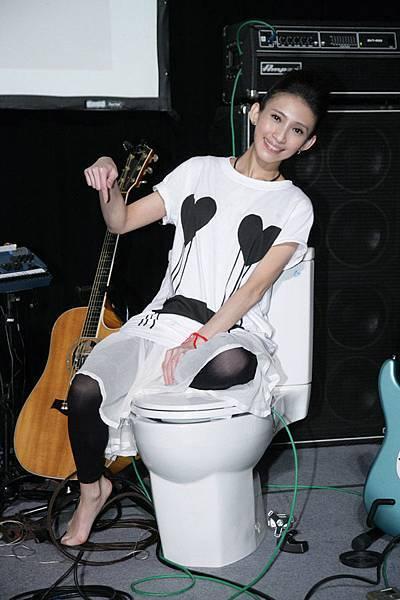 戴佩妮在live concert坐馬桶開唱
