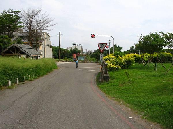 轉入後前方叉路再右轉
