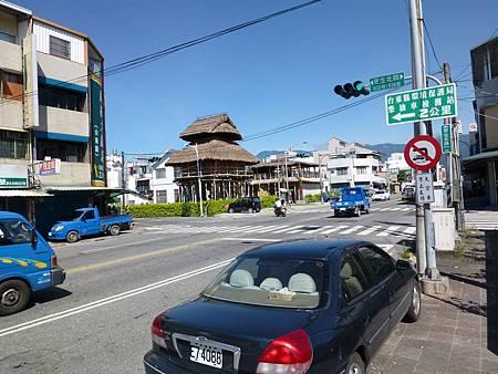 更生北路633巷右邊是南王派出所,從左邊是三層樓高原住民茅草屋轉入直走,經普悠瑪長老教會
