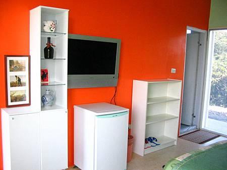 房間一角(電視與冰箱)