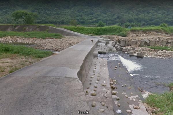 三義百年土地公廟入口小溪(600x400).jpg